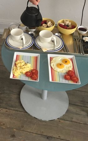 122 Great Titchfield Street B&B : The full breakfast! White and brown toast, fruit bowls, tea, eggs and tomatoes!