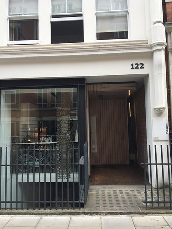 122 Great Titchfield Street B&B : The exterior - not branded as a hotel or BNB so hopefully the neighbors will think you are a loc