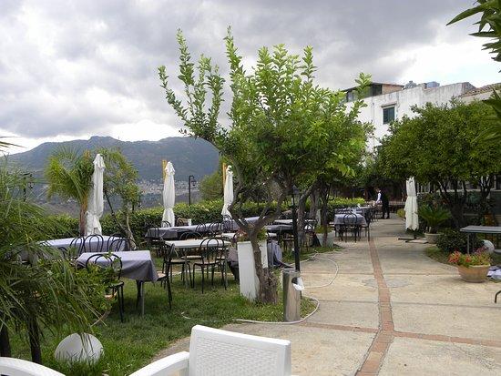 L\'entrata del ristorante con la terrazza che si affaccia su Palermo ...