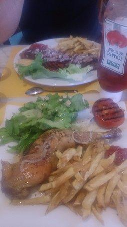 """Saubusse, Francia: Le poulet """"grillé"""" avec frite/salade"""