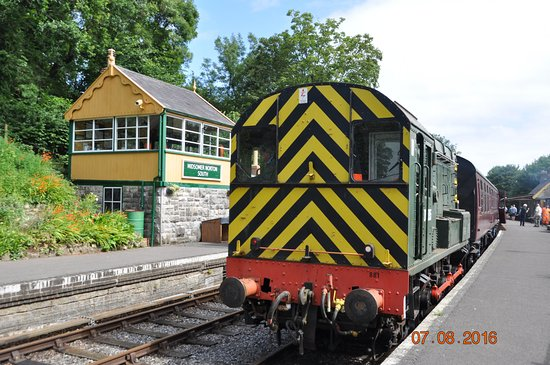 Midsomer Norton, UK : 08 shunter on passenger service. The signal box can also be visited