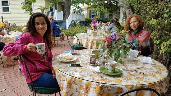 The Secret Garden Inn: Jardin à l'anglaise. Petit déjeuner dans le jardin.