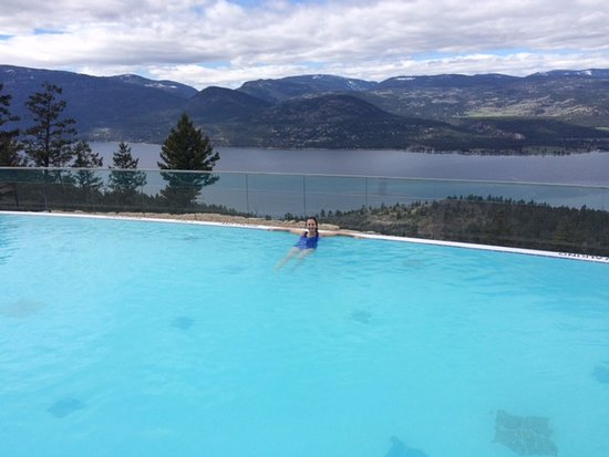 Vernon, Kanada: outdoor pool. salinated so you can open your eyes underwater. and heated.