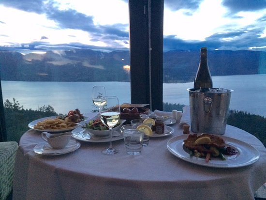 Vernon, Kanada: room service one night. super romantic.