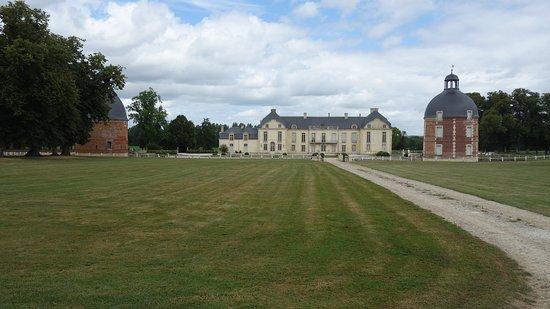 Medavy, Francja: Vue de l'ancienne allée d'accès (photos interdites à l'intérieur)