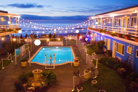 The Inn at Sunset Cliffs: Courtyard at night