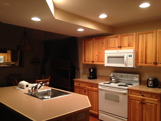 Copper Mountain, CO: Full kitchen with fridge, clean appliances, and utensils!