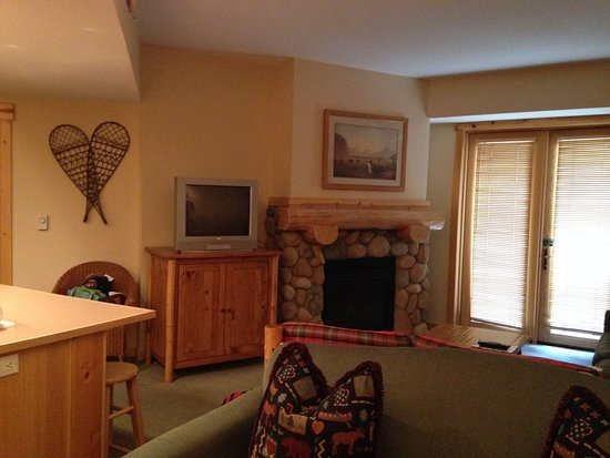 Copper Mountain, CO: Fireplace, TV, comfy couches, balcony with mountain view!