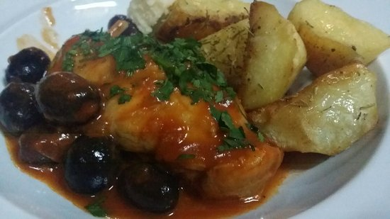 Cabana Vanatorilor: Rabit with olives , lemon and rosemary potatoes