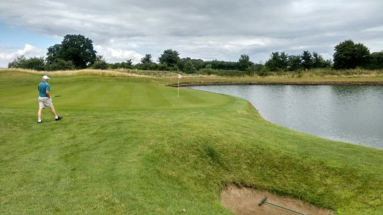 Milton Common, UK: 5th hole , elavated tee to green with water right , Pin cut in the lake on this photo lol