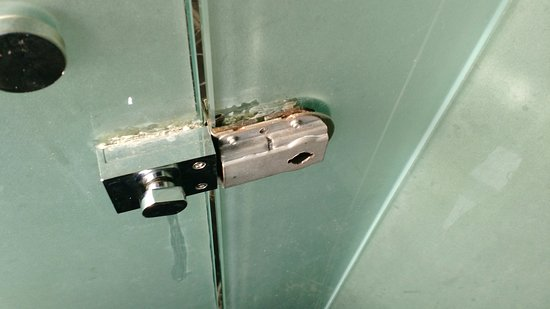 Sun Boutique Hotel Managed by BENCOOLEN: Lock on toilets