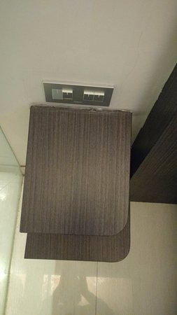 Sun Boutique Hotel Managed by BENCOOLEN: Bedside table not holding properly to the wall