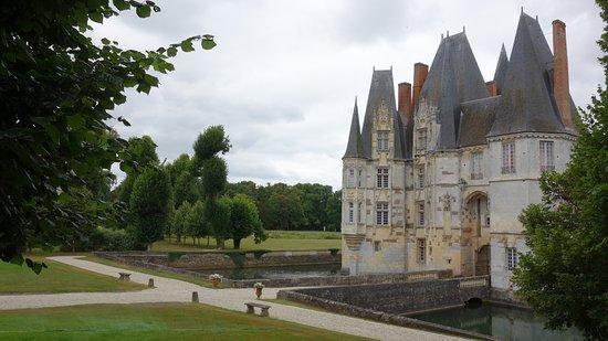 Mortree, Frankrike: Le charme de l'entrée au chateau