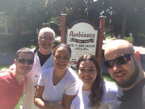 Ambiance by the Falls Bed and Breakfast : Mr. Scott (segundo da esquerda para direita) o dono/gerente/chef/alma deste lugar fantástico!!!!