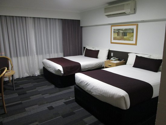 Chifley Alice Springs Resort: bedroom with a/c