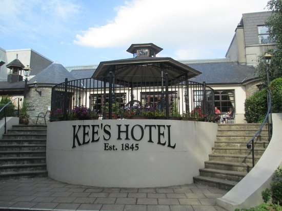Kee's Hotel, Leisure & Wellness Centre: Back entrance to the patio and pool areas.