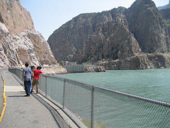 The Buffalo Bill Reservoir: Walking up to the dam.