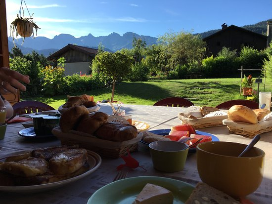 La Clef du Temps: Petit déjeuner sur la terrasse, face à la chaîne des Aravis