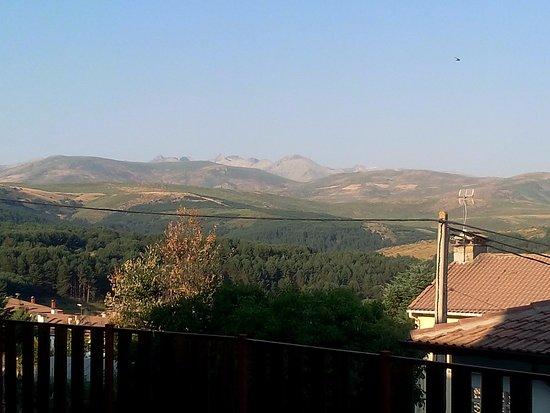 Hoyos del Espino, España: Vista desde el jardín, relajante, muy relajante.