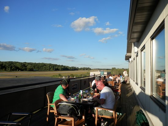 Saint Marys, Pensylwania: Outside dining overlooking the runway