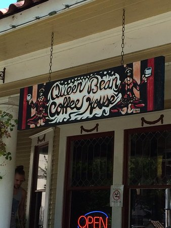 Queen Bean Coffee House: The entrance