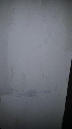 Holiday Inn Express Atlanta-Emory University Area: Gashes in walls