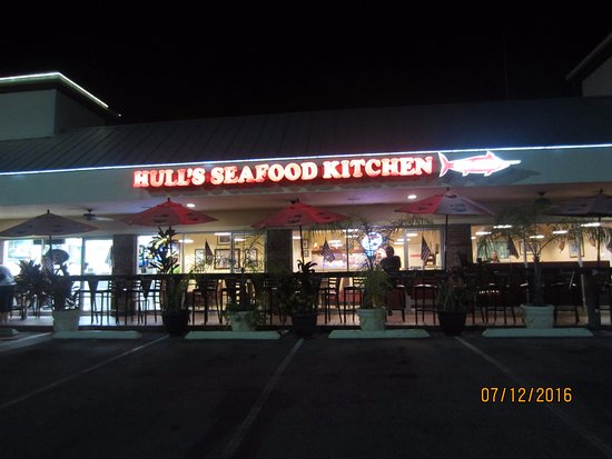 Hull's Seafood Market Restaurant : Outside looking in