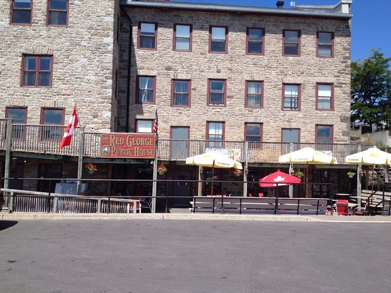 The Red George Pub: Red George entrance and patio.
