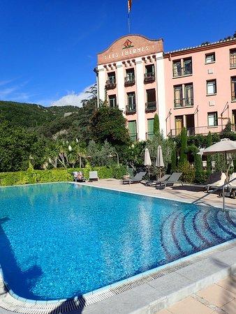 Molitg-les-Bains, França: Nice pool but uncared for.