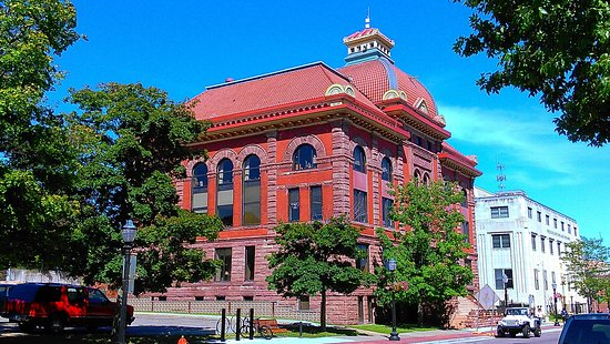 Downtown Marquette: Old courthouse on the main drag