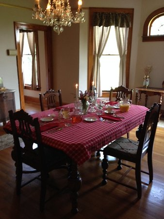 Lawrenceburg, KY: Our breakfast table awaiting us on the first morning!