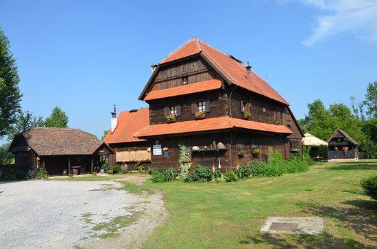 Sisak-Moslavina County, Chorwacja: La struttura davanti; dietro un bel prato anche per campeggiare