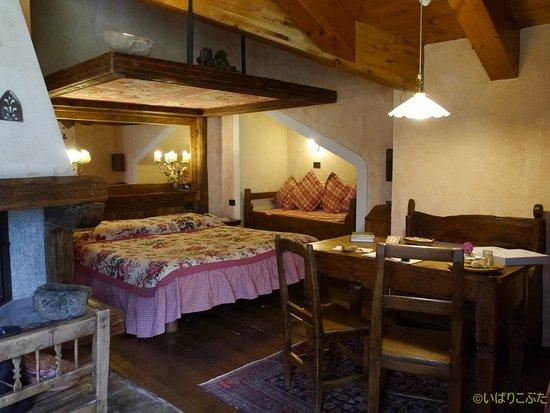 Bellevue Hotel & Spa: スイートのベッドとダイニングテーブル