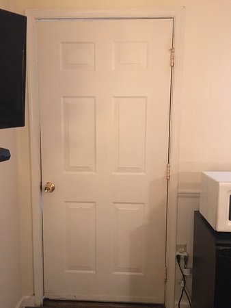 Burgundy Inn: The door doesn't even close all the way