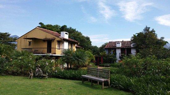 Quinta de las Flores: Esta es una vista desde los jardines hacia las casitas (disponibles para 5 personas).