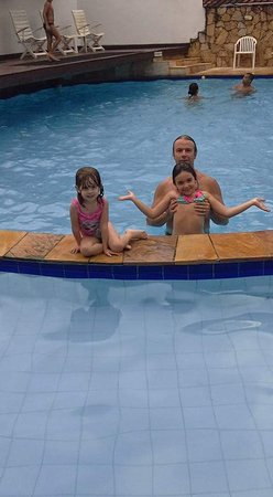 Berty-Ocas Apart Hotel: Delicia de piscina, a da frente é a infantil e a que eles estão é a de adulto