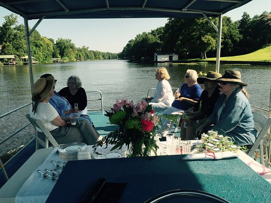 Natchitoches, Λουιζιάνα: the ladies taking a slow easy tour while enjoying refreshments.