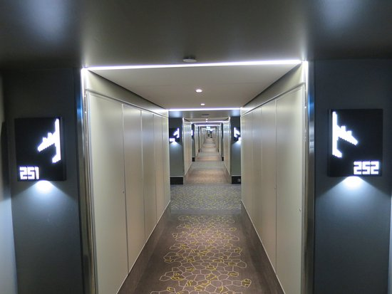 Hilton London Heathrow Airport: Corridor, cute plane decoration