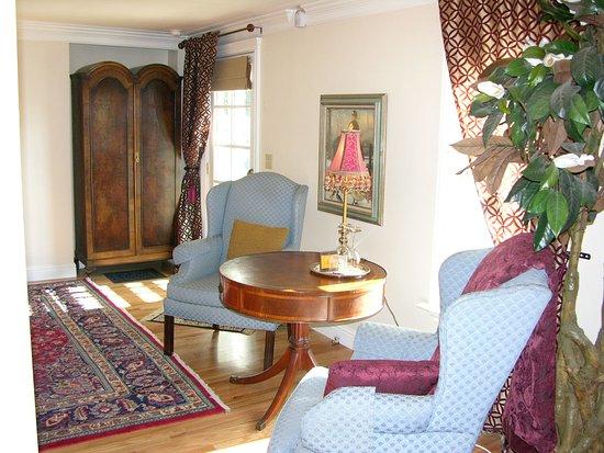 Barretta Gardens Inn Bed and Breakfast: Merlot Sitting Area