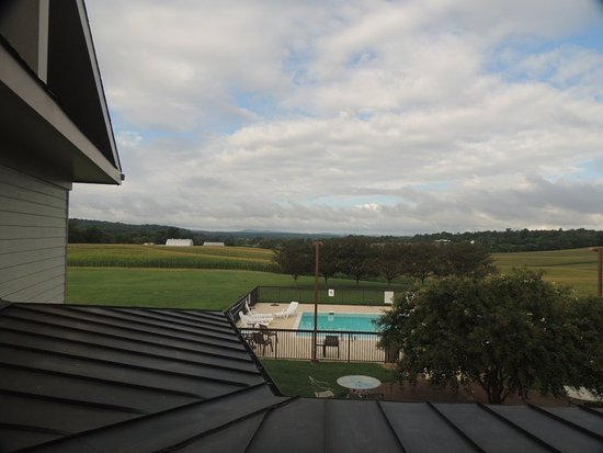 Orange, Virginie : View of the mountains and the pool area