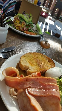 Sunshine Beach, Australia: Breakfast  at Cafe Envy..too much bacon?