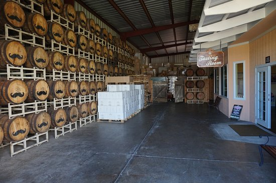 Makawao, Havai: Entrance & barrels of whiskey aging