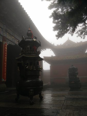 Tai'an, Cina: The rain, the cloud, create a quite nice ambience, actually.