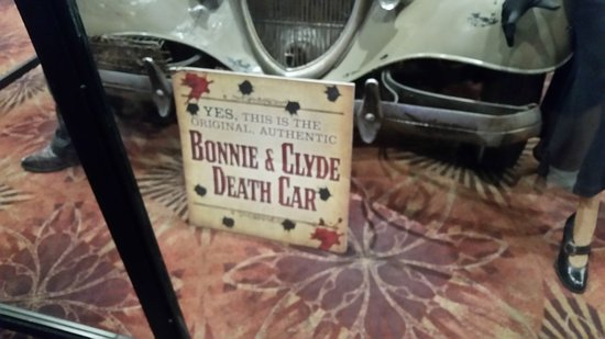 Whiskey Pete's Hotel & Casino: Classic Bonnie and Clyde car in the lobby - excellent display