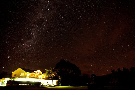 Opotiki, Nueva Zelanda: Kukumoa Lodge by night
