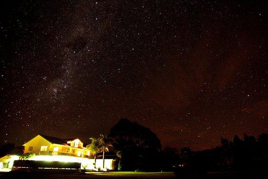 Opotiki, نيوزيلندا: Kukumoa Lodge by night