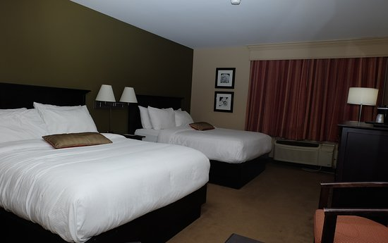 Quispamsis, Canadá: 2 queen beds with flat screen tv, drawers and a table