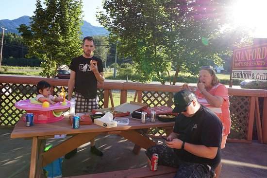 Fernie, Canadá: Having dinner out in our room patio.