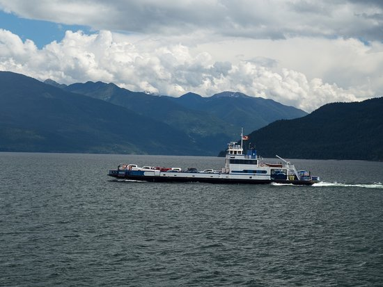 Balfour, Canada: Sister ferry crossing mid lake