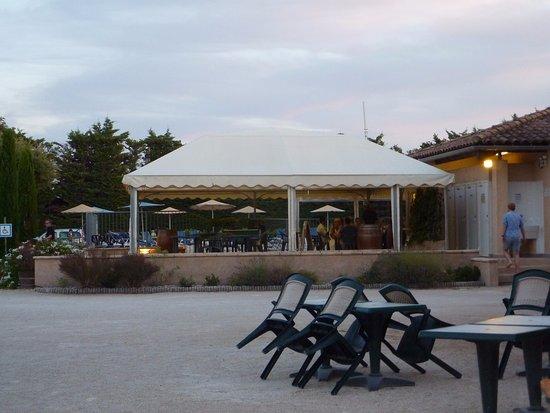 Violes, Frankrijk: Espace à disposition prés des barbecues,au fond piscine et terrasse bar restaurant